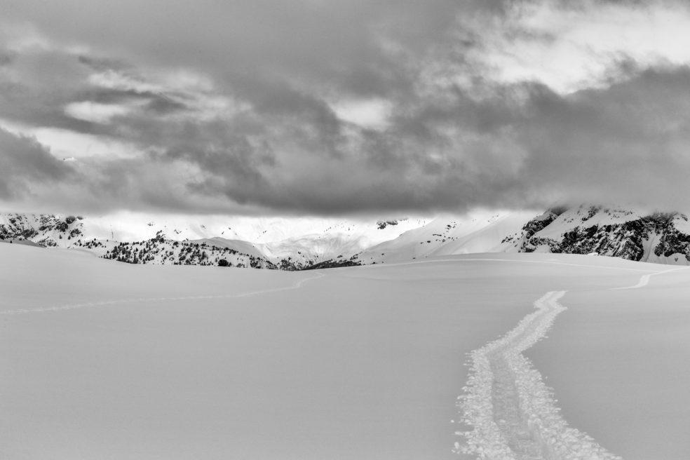 Berge und Wolken in Schwarzweiss